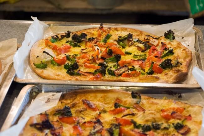 ゆかりさんが小麦をこねてつくり、かまどで焼くピザ。美味!