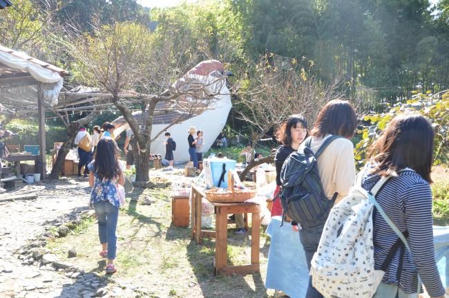 刈水庵をはじめ、上のアイアカネ工房、路地などあたり一帯で開催。出店者の意識も高い(撮影:古庄悠泰)