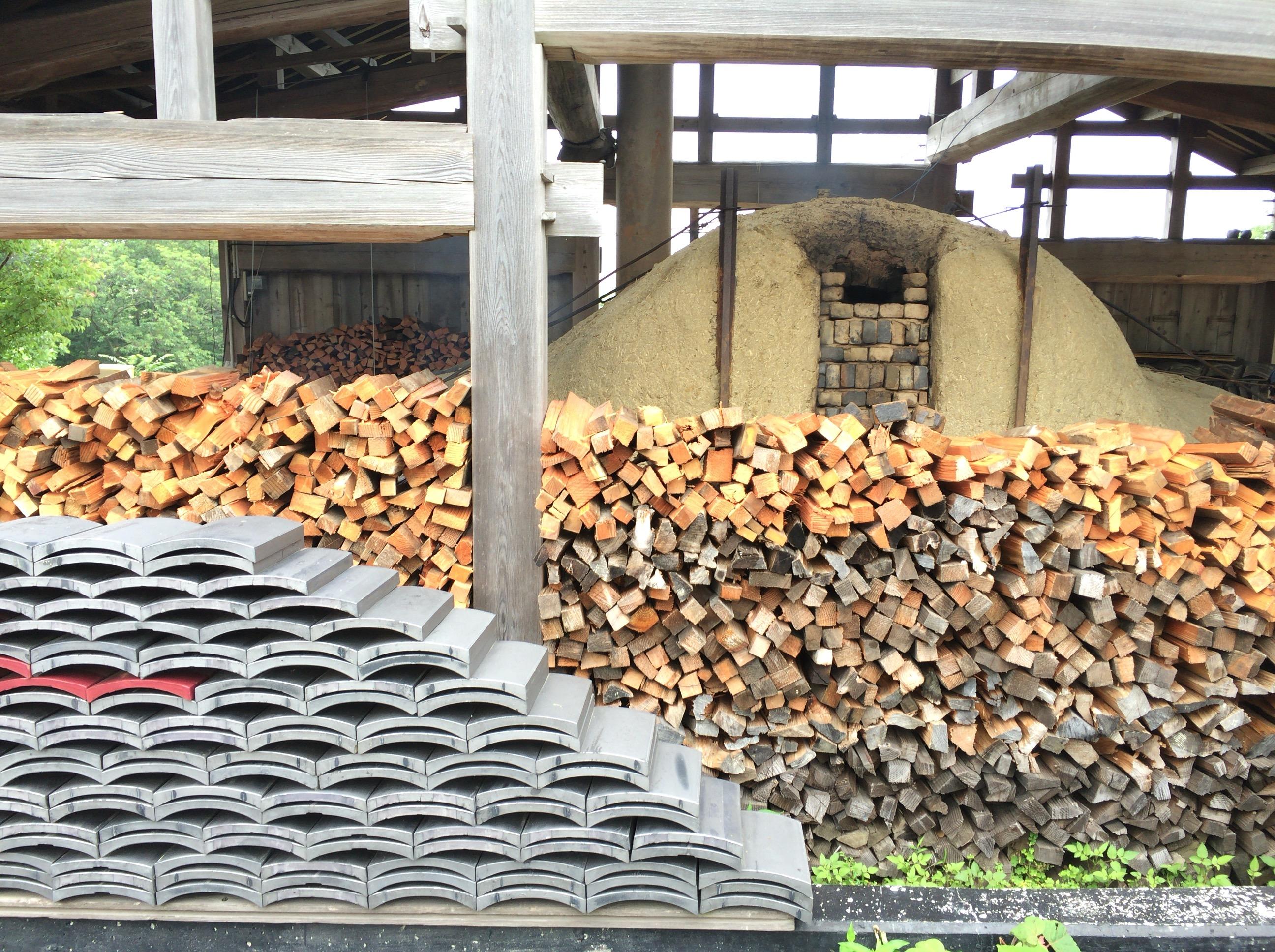 現在はガス窯が主流だが、達磨窯では薪を燃やして瓦を焼く。 photo by やぶくみこ