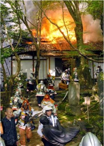 長楽寺での火災時、仏像搬出を行った様子。