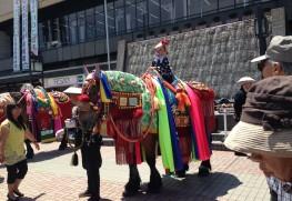 チャグチャグ馬コ当日の盛岡駅前広場 華やかな衣裳を付けた馬と触れあうことができる。