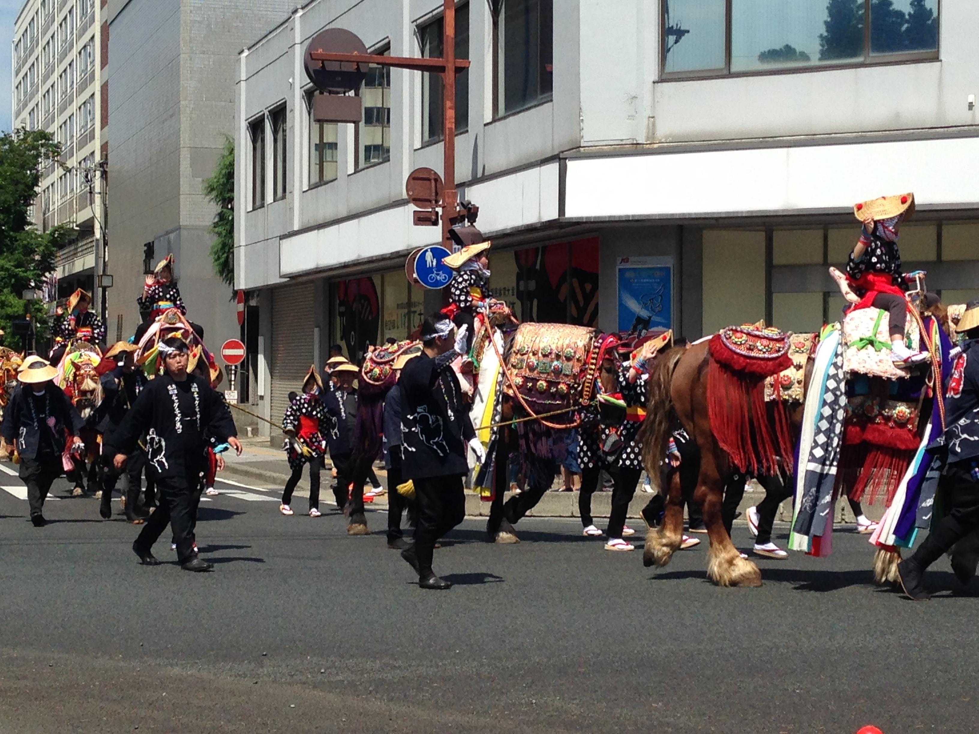 パレードも終盤となり、疲れて馬上で居眠りする子も見受けられる。