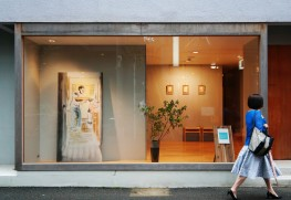 熊本の美容室で開いた個展の様子。個展会場を含めた周辺の日常を切り取った絵が並ぶ。
