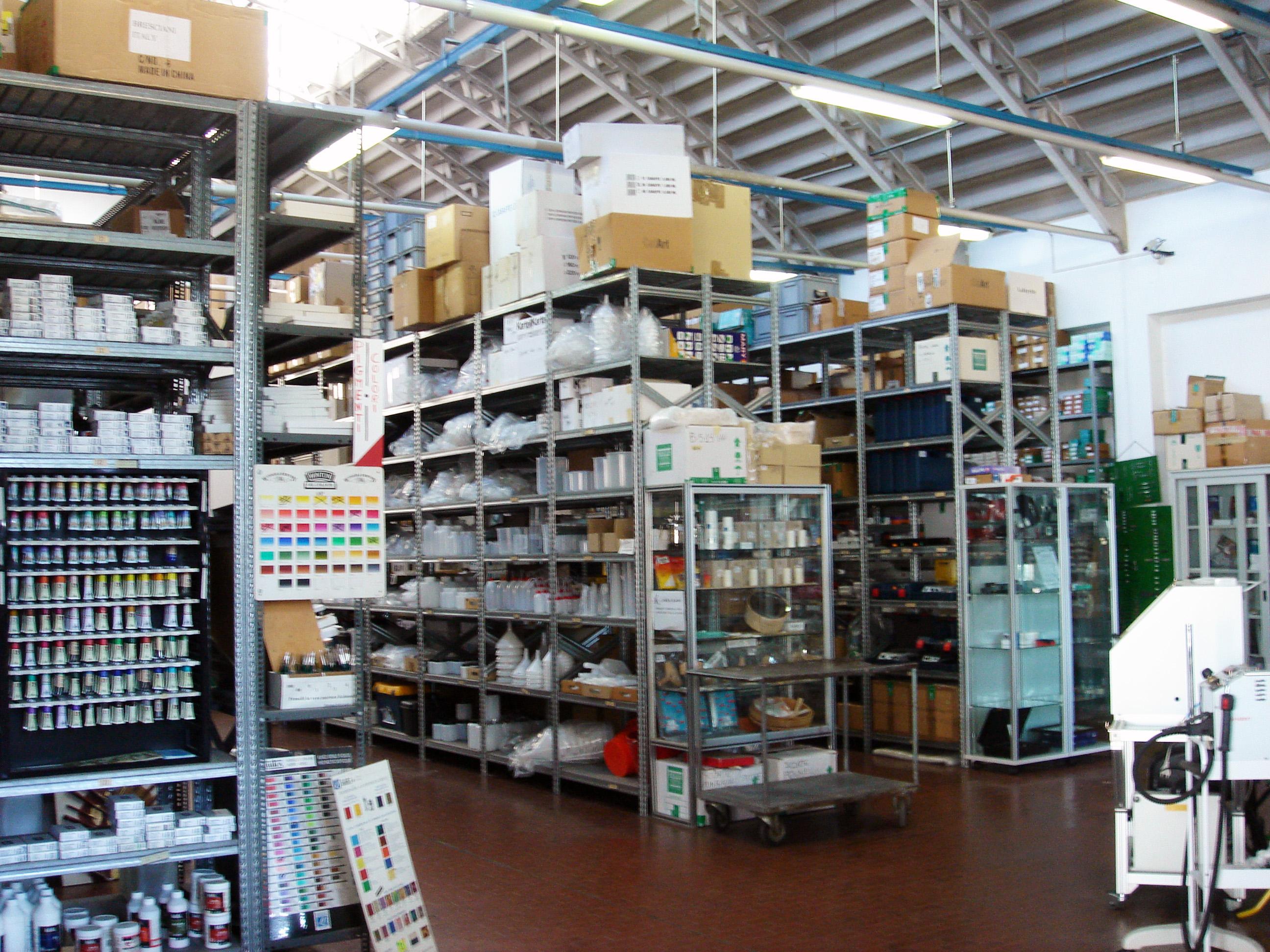 株式会社パレットにて取り扱う商品の一部。必要なものを適量に揃えることができる / 仕入れ先のひとつ、イタリア・ミラノにあるお店。