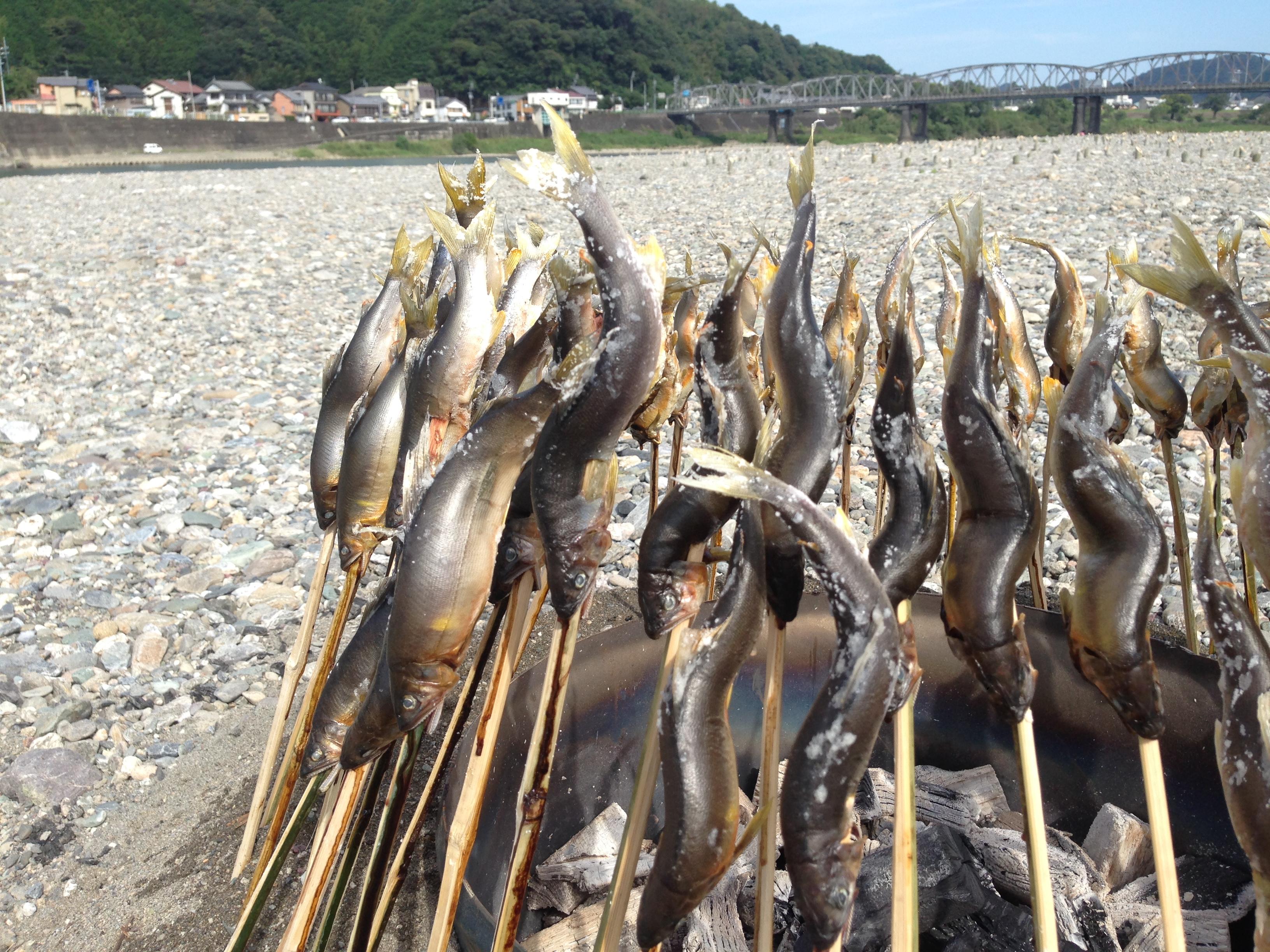 河原で食べる天然の鮎は格別。