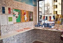 フランス惣菜のテイクアウト専門店「ちょっとフランス」にて開催されたスウィングの展覧会『めっちゃフランス』。メンバーのnacoさんとXLさんの作品を展示し、オリジナルグッズを販売。