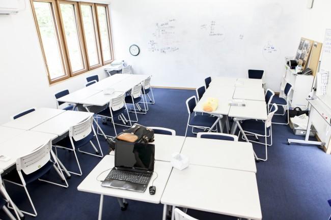 隠岐國学習センター。交流スペースは誰でも自由に使える空間。「様々なひとが交流しながら学ぶ」がコンセプト / 交流スペースには本も豊富。参考書が豊富に並ぶ本棚も別にある / 「蔵」と呼ばれる受験生のための教室もある。各自が自主的に、時にはともに学ぶ場にもなっている