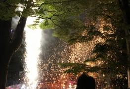 狭い境内で火花が飛び散っています。