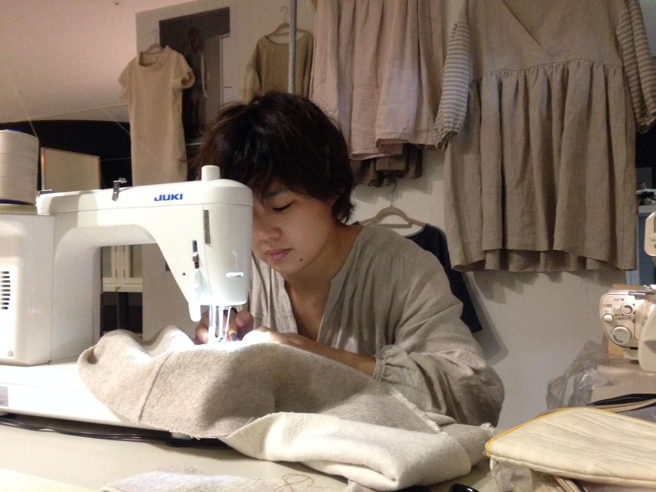 流しの洋裁人は2014年9月、京都造形芸術大学の学園祭ではじめて実施した。告知用のチラシ(上)。客の体の寸法を図りミシンで縫い上げる(中・下)。