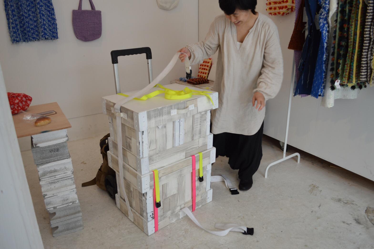 大きな箱と一緒に移動する。中にはミシンや裁縫道具、生地などが詰まっている。