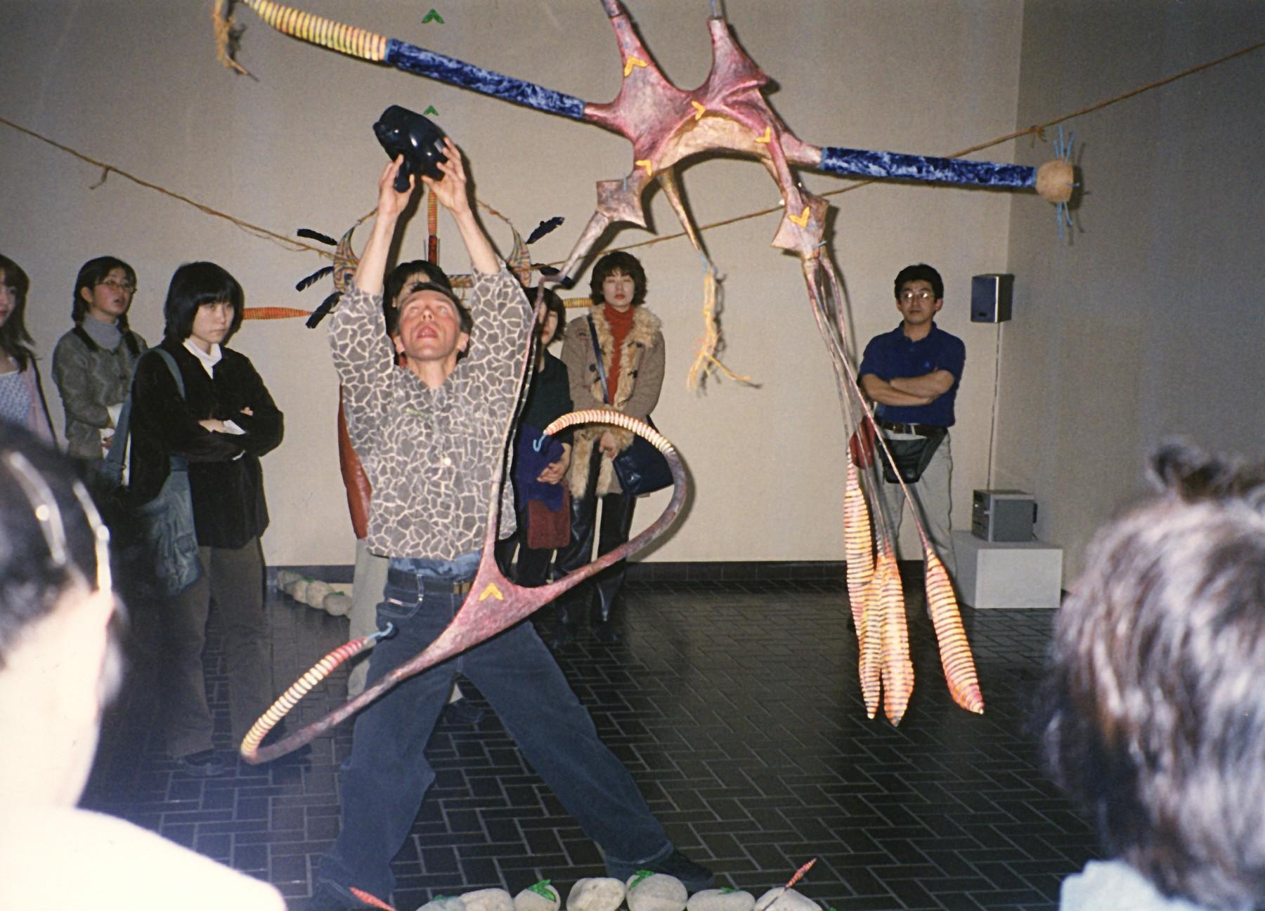 帰国後、ポーランドの若い作家を招いて展覧会を開催(2000年)。