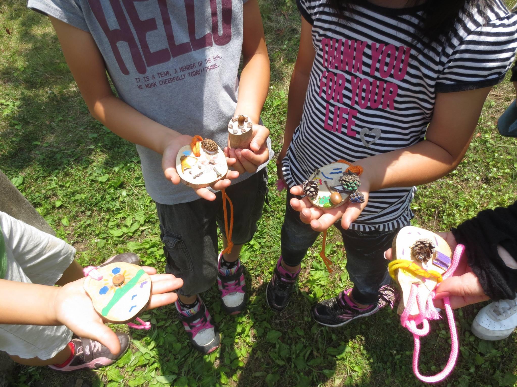 キャプション:地球デザインスクールの活動の様子。自然の中を散策したり田植えをしたり、自然の物で作品をつくることも。