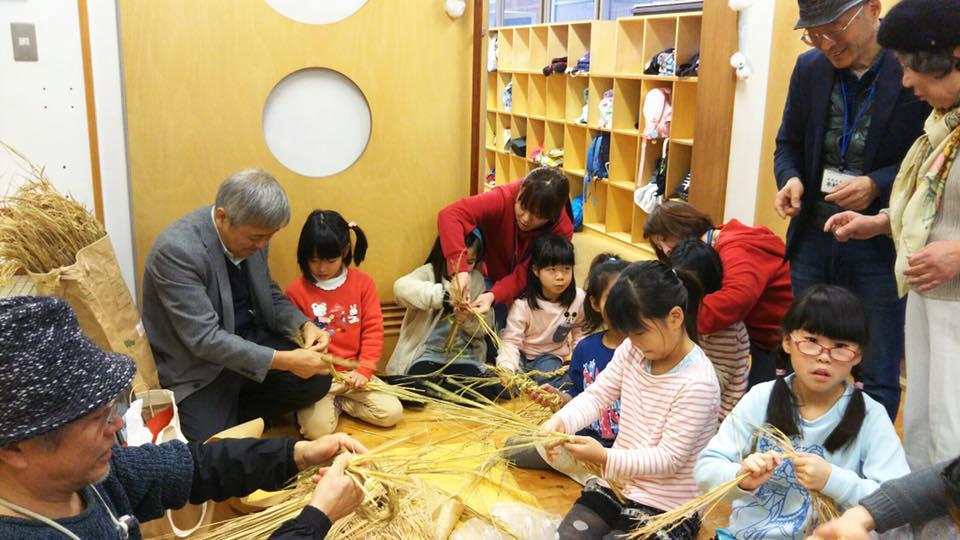 デイケア施設の高齢者や児童館の子どもたちとも、水野さんを中心としたシニアが一緒にしめ縄をつくった。