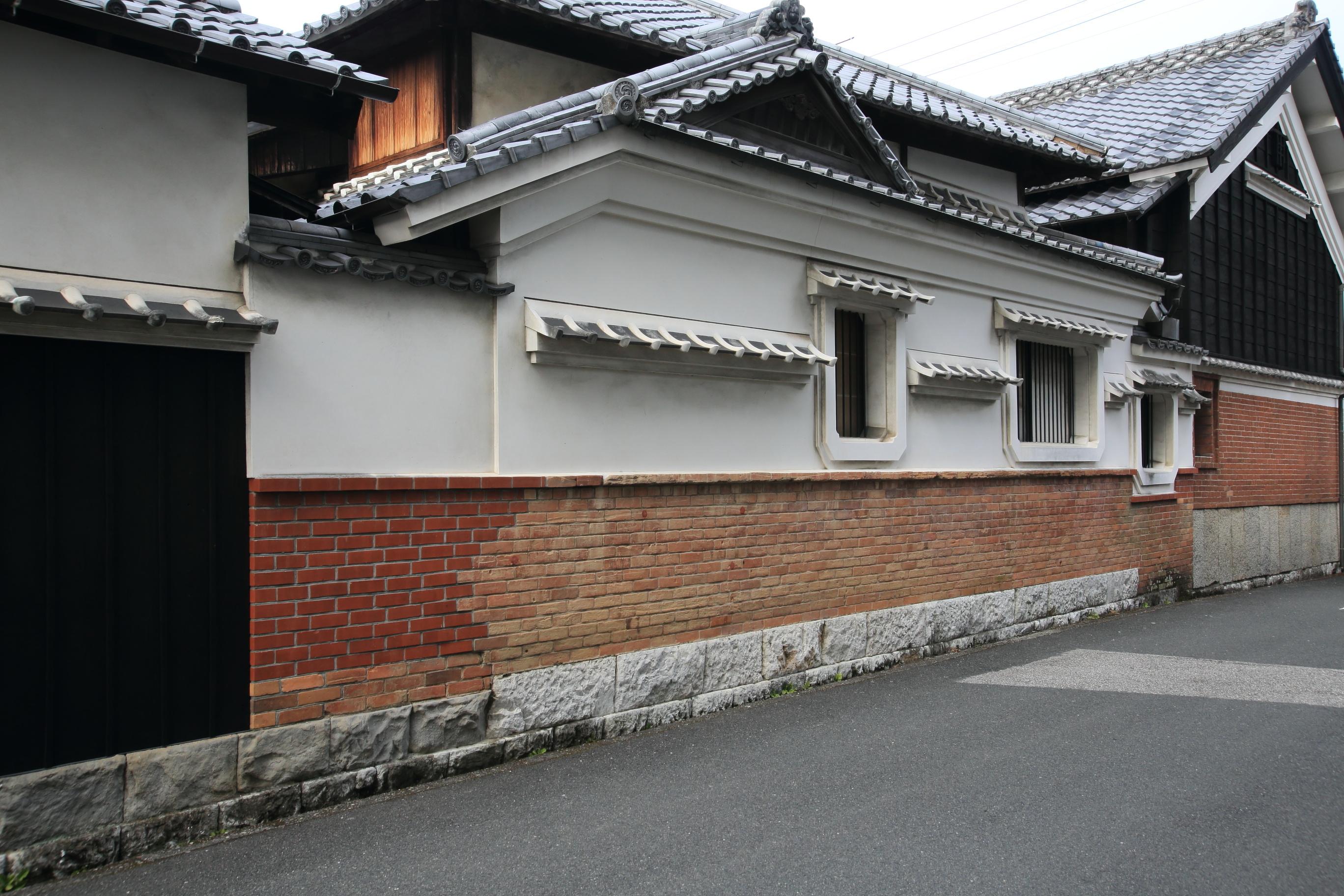 県外へ和紙を輸出した船便の帰路にレンガを運んだため、レンガの家も多い。