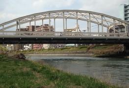 「開運橋」 つい最近この橋にペンキでいたずら書きがされて新聞、テレビ、ネットで大問題になりました。多くの市民に愛されている開運橋です。
