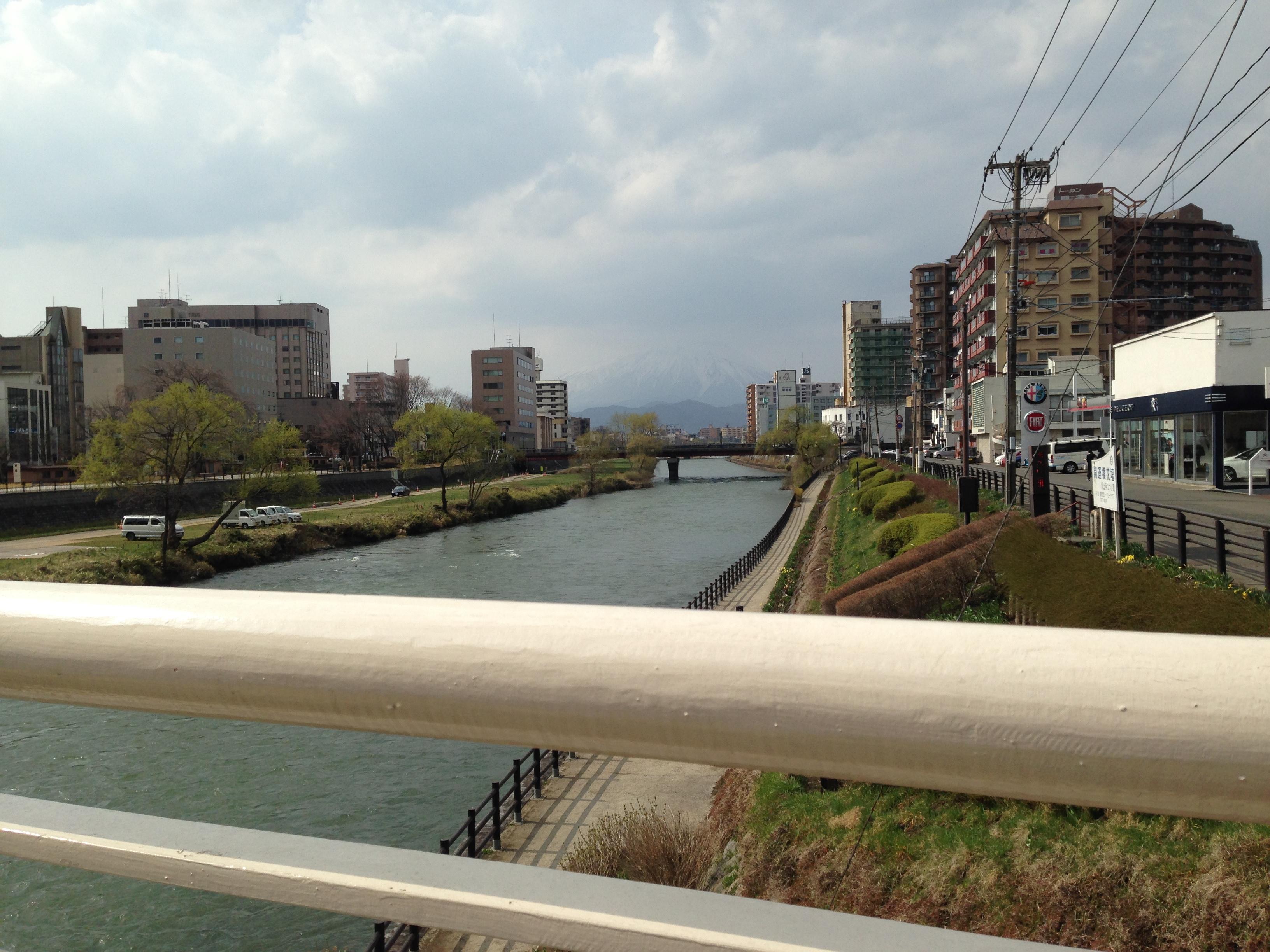 開運橋から北を望むと北上川の向こうに岩手山が見えます。この日は残念ながら薄曇りでよく見えませんでした。