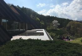 自然に溶け込む、隈研吾氏の設計による建築。