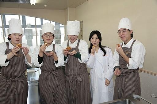 実家の料理教室にて、パティシエを目指す学生と菓子をつくり試食する高久さん。