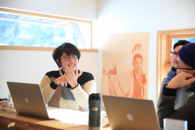東吉野近辺のクリエイターたちは、オフィスキャンプで打ち合わせすることも多い。デザイナー廣瀬佑子さんの後ろに見えるポスターも、東吉野のクリエイターたちが手がけたプロジェクトだ