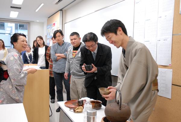 キャプション:表千家の講師による濃茶の実演。講演の参加者は、薄茶とは異なる飲み方の作法と味を体験できる。