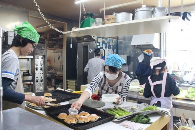 ワークショップの参加者のためにランチをつくるのは、飲食の仕事に就くことを夢見る子供たち。