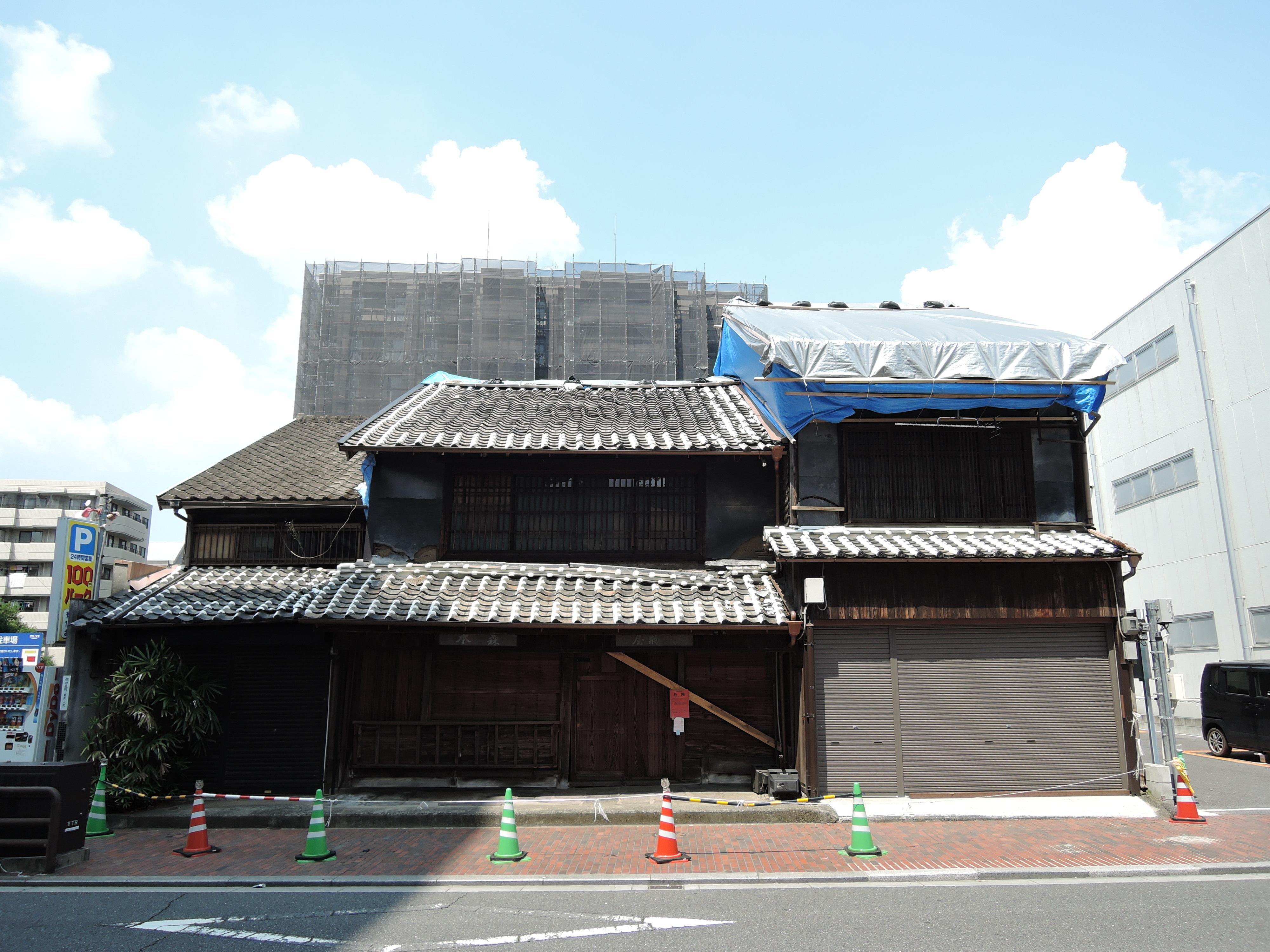 取り壊される前の森本襖表具材料店。お店を囲むこのあたりは、古くからの建物が並び、震災の影響が大きかったという。