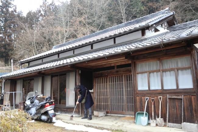 仕事場を兼ねた自宅は築100年。広い平屋だ。行政や坂本さんなど、まわりのみんなに手伝ってもらって、必要な箇所だけ、できるだけ自分たちでリノベーションした