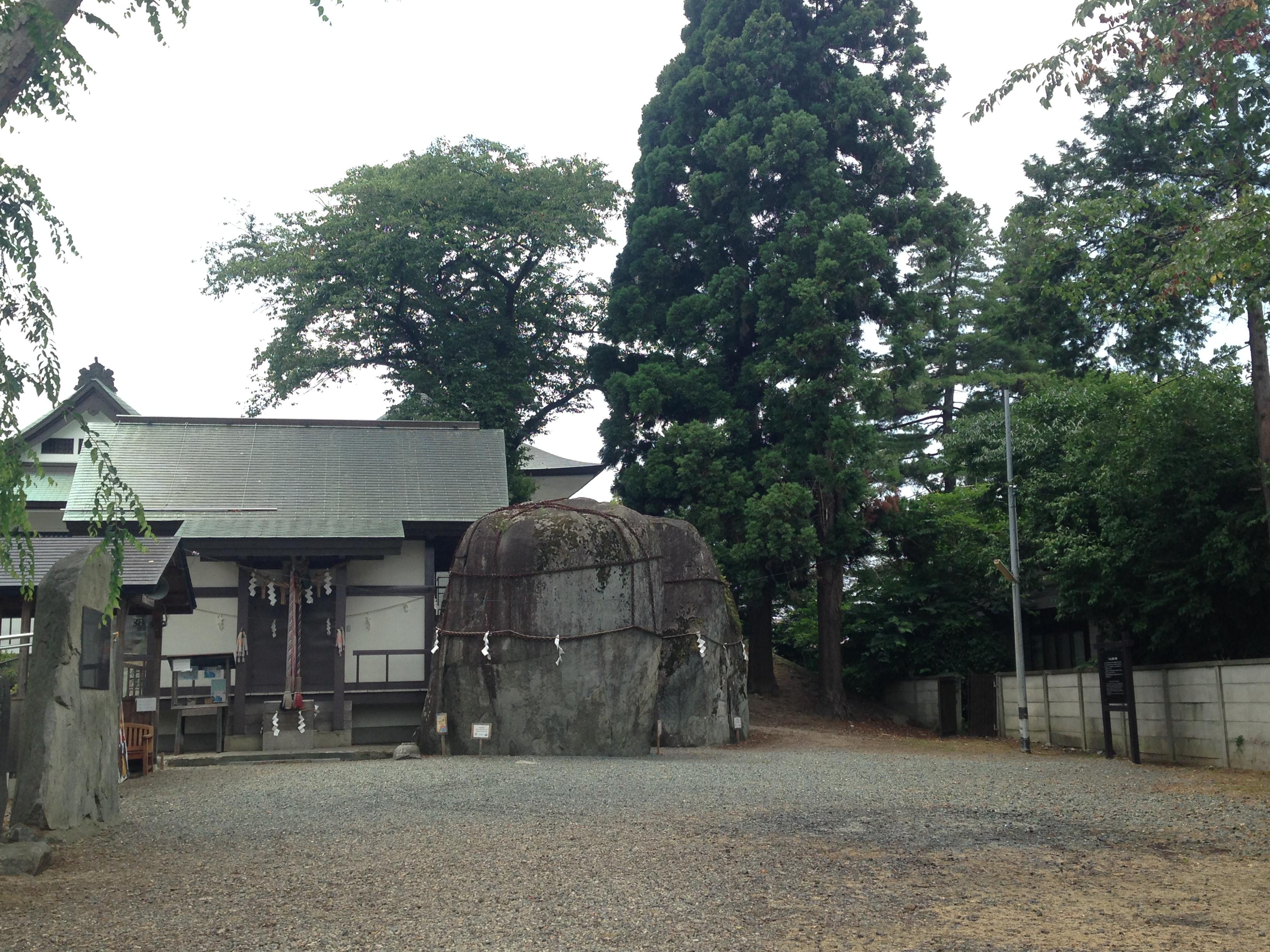 三ツ石神社。毎年7月下旬に、その年のミスさんさによる奉納の踊りが行われます。普段は無人の静かな神社です。 中央の大石に鬼の手形が残っていると言われています。