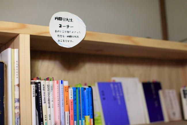 海青子さんの手書きの文字がそこここに。小さな植物などにも心和む。友人のつくる雑貨なども少しだけ置いている