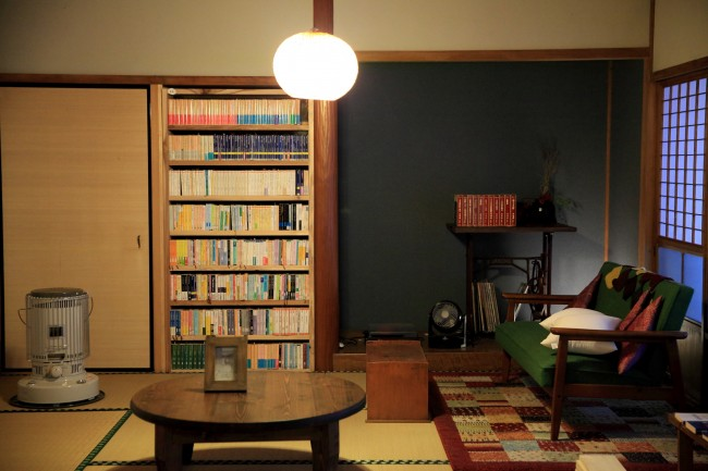 改装などはほとんどせずに使っている。本棚は地元の大工が「買うよりも安上がりだから」と、山の木を1本伐り下ろしてこしらえてくれた。人文系の本は主に真兵さん。絵本や紙芝居は、児童文学の研究をする海青子さんの父から譲り受けたものが多い