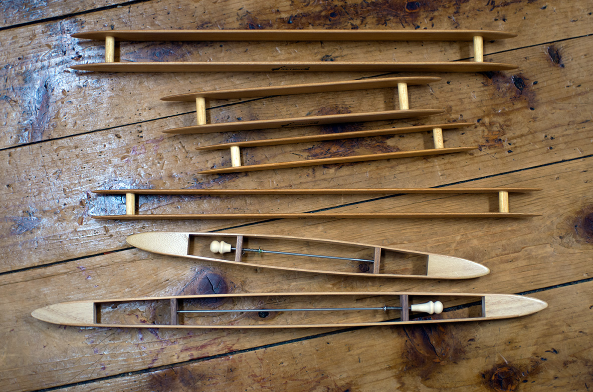 新之助先生の道具を代表するのが、杼。とくにH型杼の抜群の使い心地は、織りに苦労した作家だからこそ生みだせたもの。糸の細さ、織り幅等に応じて豊富な種類が揃う。現在は木工作家の手で量産されており、清野工房で販売している。