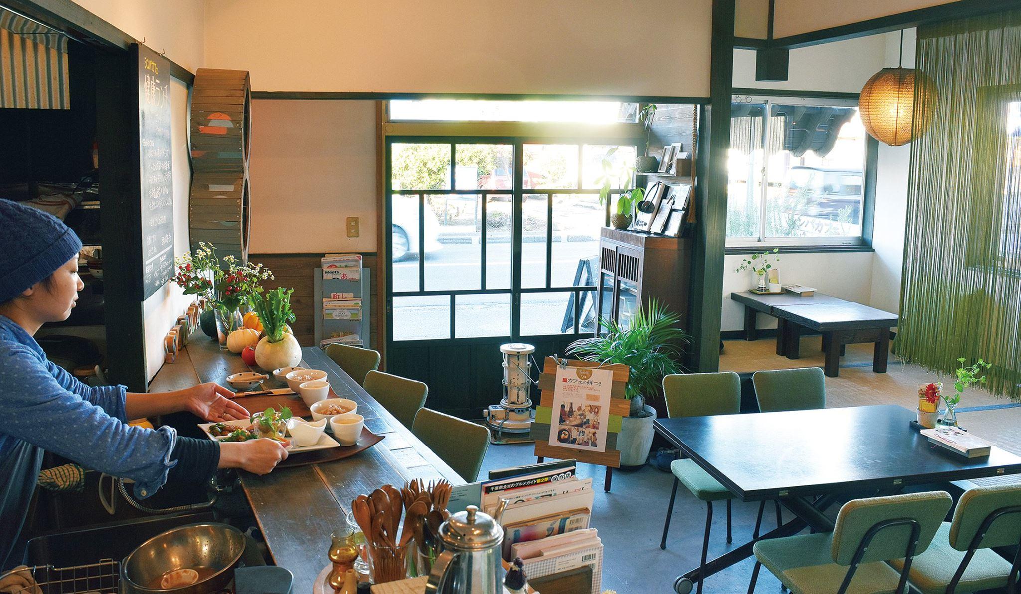 1人でも家族でもゆったりくつろげる店内。もともとすし屋だった店舗を改装し、畳や漆喰の壁、ランプシェードなど和風の趣が生かされている。 Photo:暮ラシカルデザイン編集室『房総カフェⅢ それぞれの食のシーン』より。