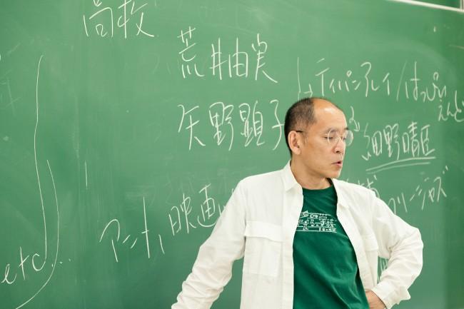 授業はもっぱら板書するホソマ先生。「ノートテーイングしてもらった方がいいかな、と。パワポはノート取りづらいから」