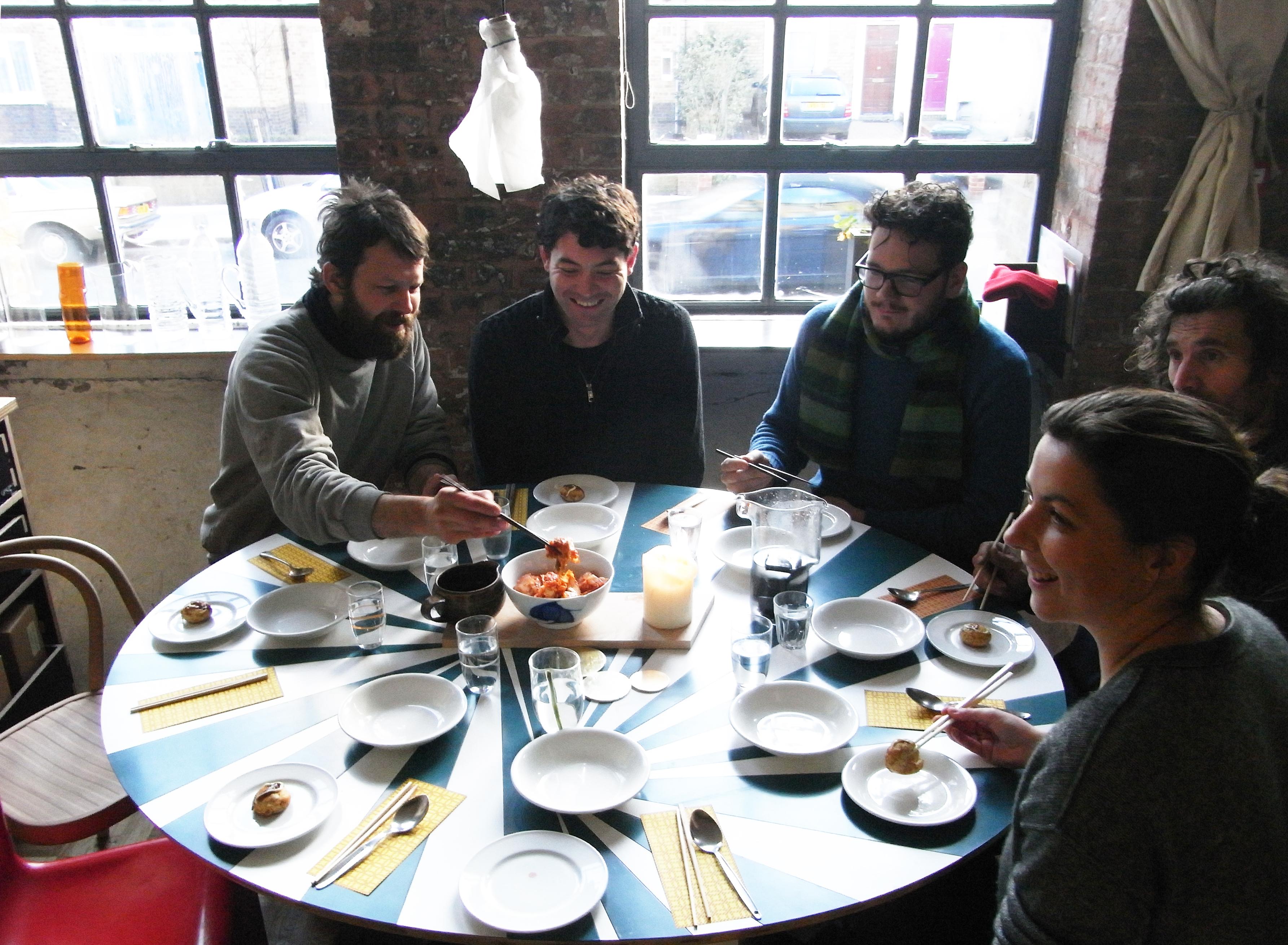 事務所をシェアするメンバーで集まっては、昼食をつくり、食卓を囲む生活。