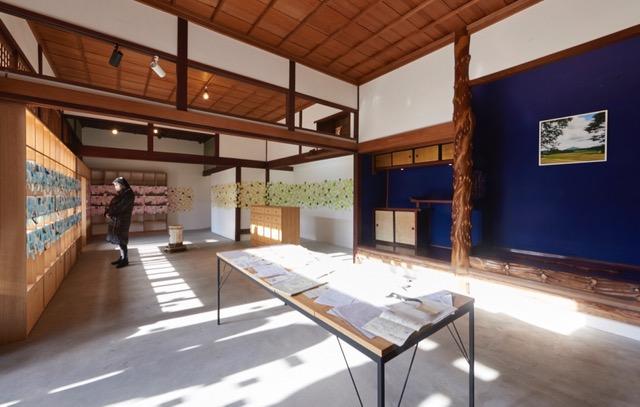 (2)「ちょこっとまなぐさ、何かはいったみたい展」 (http://mono-katari.jp/chocotto-managusa-exhibition/)。 受講者が住民と交わした何気ない会話から印象的な言葉を選び出し、約2,000枚の付箋に印刷し、ギャラリーに展示。