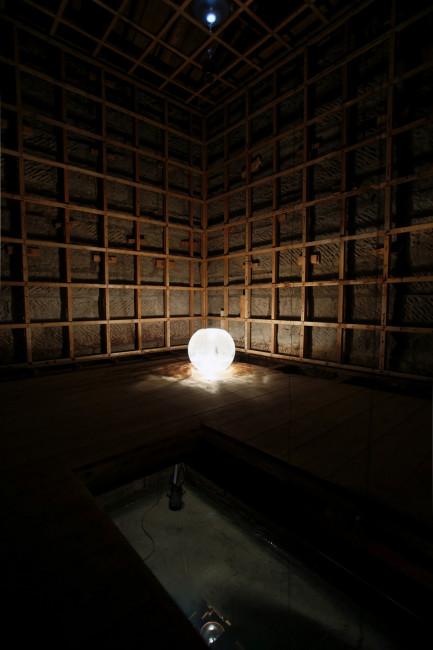 梅田哲也による「りんご」は、元りんご倉庫の床下でたゆたう水を電球が照らし、床の上では天井からの水滴を光の球体が受けとめる。夜遅くまでやっていることも含め、すごくいい展示なんだけれども、「過去に使われていた建物」「光/暗闇」、そして「水」というのは他の作家でも見たし、食傷気味というか、お腹いっぱいというか、仕方ないのか、どうなのか