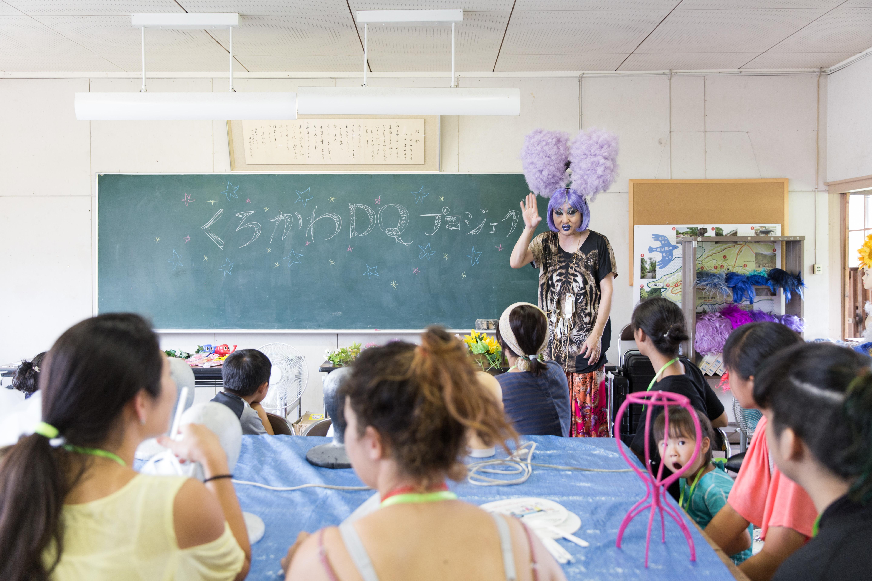 多岐にわたる活動を行うヴィヴィアン佐藤さんのワークショップでは、「性別関係なくステキな黒川のドラァグクイーン」になることをテーマに、ウィッグづくりを行った。