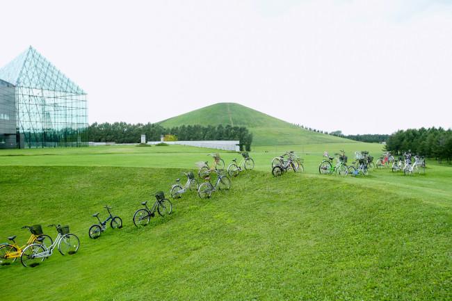 自転車は、ぞろぞろと山へ向かう。この野外展示に込められているのは、自転車を大切にしようではもちろんない。盗難に注意しようでもない。メッセージはない。メッセージはないが、モエレ山に登るという経験はあった。何もないのではない。「ガラクタ」の自転車が並んでいるのを見てきれいだなと思った一瞬もまた現実である。ほんの一瞬だが、それでいい