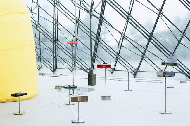 モエレ沼公園のガラスのピラミッド内の展示。大友らの作品(右)と松井作品の一部が見える