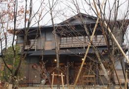 外観:移築された「碧雲荘」。杉並区で解体された資材が湯布院に運び込まれ、再利用す る部材、廃棄する部材を見極めながら、現在の建築基準に合わせて建てられたそう。