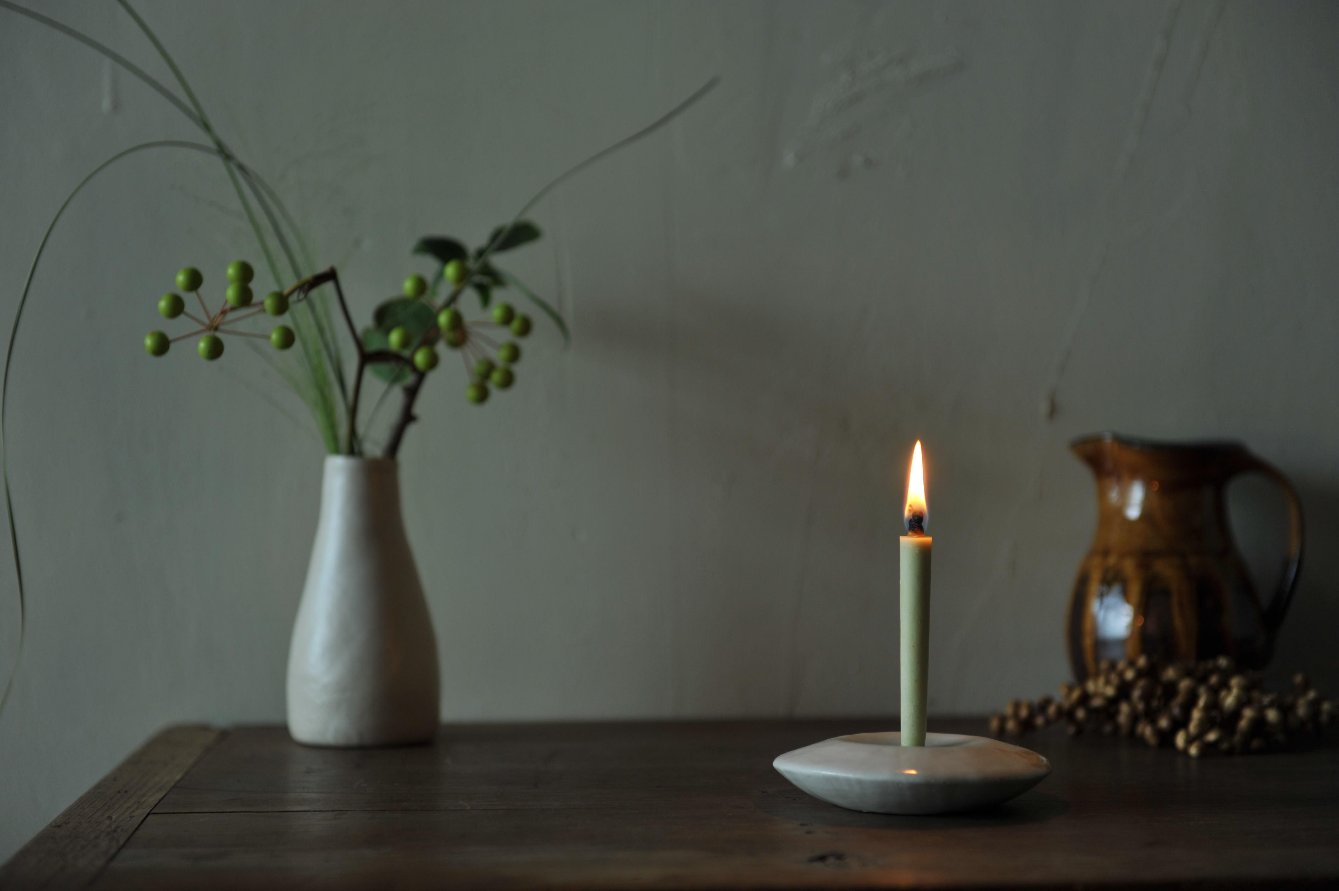 櫨という植物の実から採れる蝋のみでつくる櫨ろうそく。 蝋垂れや油煙がほとんどなく、美しく燃え続ける。