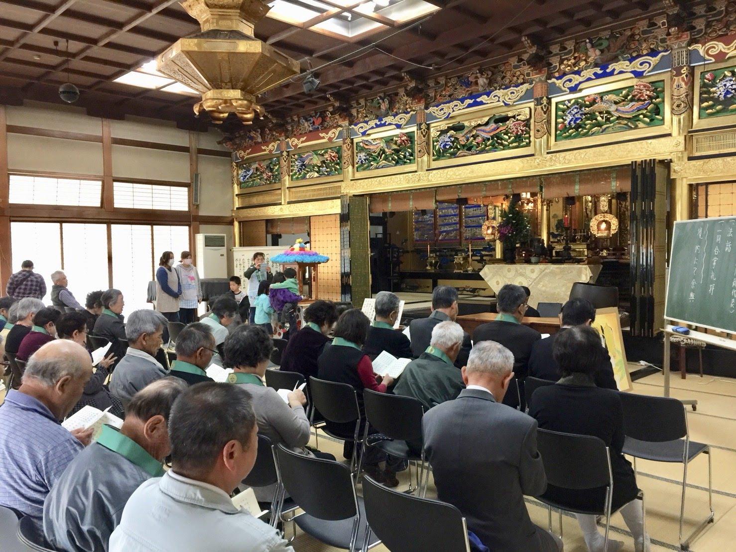 4月8日の花まつりでは、明信寺の本堂や境内で法要を行う