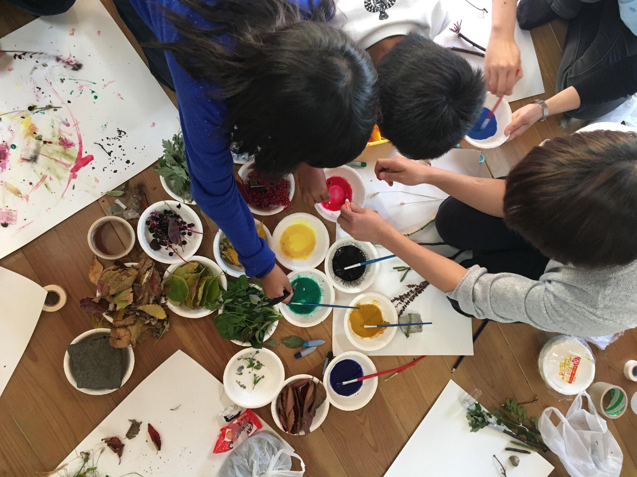 ミカンセイ教室 制作の様子:町の公園から草木や葉っぱ、木の実などを採取してオリジナルの絵筆、絵具を開発。授業のレポートはFacebook「ただのあそび場」ページ参照