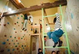 「遊び人」たちはボルダリング壁を登りあそび場にたどり着く