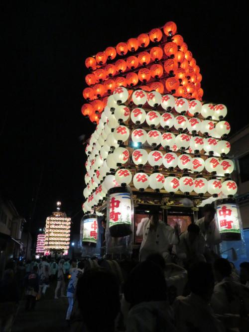 夜の提灯山。中町の曳山は上段の赤い提灯部分がクルクルと回転します