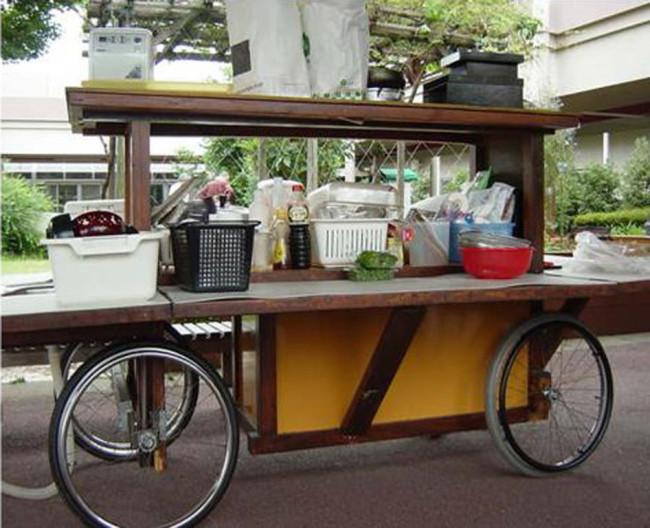 """活動日には毎回、活躍する移動式のキッチン""""ローリングキッチン""""。折りたためる周囲の作業台は、車いすに乗っていても楽に作業ができる"""