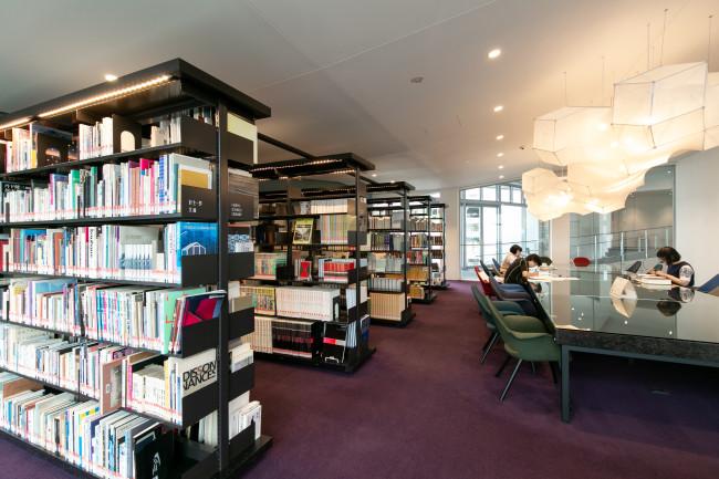 3階のリファレンスルーム。地元出身の美術評論家・針生一郎が残した蔵書もある