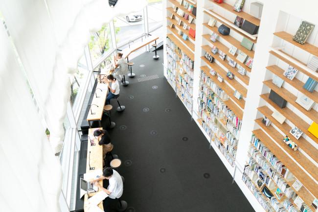 「学びの道」は図書館へ / 館内はどこにいても全体とのつながりを感じる