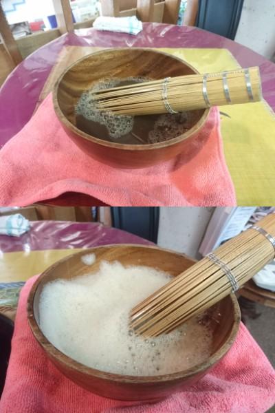 写真1】泡立てる前のぶくぶく茶(写真上)、泡立てたぶくぶく茶(写真下)
