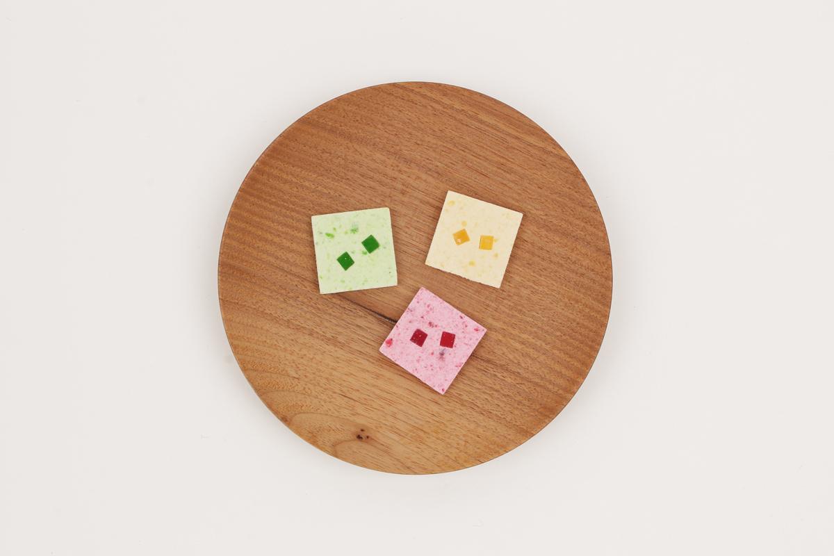 """果汁ゼリー入りの落雁""""mix fruits""""。見た目はもちろん、食べ方まで美しくなるようにデザインされている"""